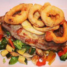 Zwiebelrostbraten vom Beiried auf gebratenem Gemüse Rind, Sausage, Meat, Fried Vegetables, Side Dishes, Easy Meals, Chef Recipes, Sausages, Chinese Sausage