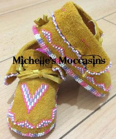 Beaded Shoes, Beaded Moccasins, Baby Boy Moccasins, Baby Moccasin Pattern, Leather Craft, Beading Patterns, Beadwork, Projects To Try, Crochet Hats