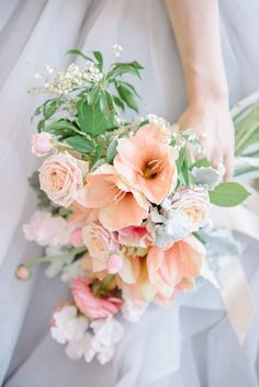 13 gorgeous wedding bouquet ideas for the spring or summer wedding. Peach colored wedding bouquet.