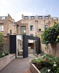 "has refurbished a terraced house in London& King& Cross, adding a rear extension…"" English Architecture, Minimalist Architecture, Landscape Architecture, Interior Architecture, Architecture Courtyard, London Architecture, Victorian Architecture, Terraced House, Architects London"