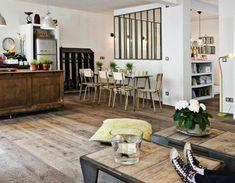 Jolie verrière, tables basses indus, chaises écolier, frigo smegg... j'aime !  (Loft de la créatrice Zoé de las Cases)