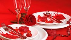 In case you missed all of the chocolate hearts and romantic gifts on sale, Valentine's Day is around the corner! If food is the way to the heart, these 5 delicious Valentine's Day recipes should have you breaking hearts in no time. Romantic Dinner Tables, Romantic Table Setting, Romantic Dinners, Valentines Day Dinner, Valentines Food, Best Dishes, Meal Deal, Food Safety, Dinner Recipes