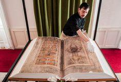 """CODEX GIGAX.Conocido como """"La Biblia del Diablo"""" es el manuscrito medieval más grande y data del siglo XIII. Se cree que se creó en el monasterio benedictino de Podlažice en Bohemia (República Checa), y se le atribuye a un monje benedictino llamado Germán el Recluso. Según la leyenda, el monje hizo el manuscrito en una sola noche con la ayuda del diablo. http://hdnh.es/codex-gigas-el-manuscrito-medieval-mas-grande-del-mundo/"""