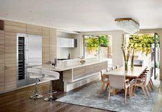Ravissante cuisine moderne avec îlot, ouverte sur la salle à manger. http://www.m-habitat.fr/penser-sa-cuisine/implantation-cuisine/la-cuisine-ouverte-812_A