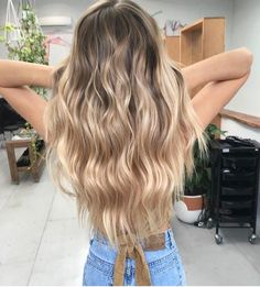Are you looking for best hair colors to apply for long hair? Just see here, we have made a collection of fantastic long balayage colored hairstyles Golden Hair Color, Hair Colour, Blonde Wavy Hair, Ash Blonde, Balayage Blond, Blonde Highlights, Honey Hair, Ombré Hair, Mermaid Hair