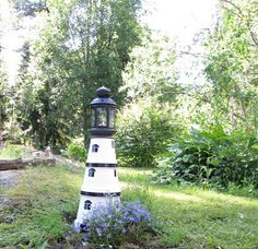 VillaTuta: Tee se itse majakka Garden Lighthouse, Clay Pot Lighthouse, Outdoor Topiary, Outdoor Decor, Pergola Patio, Backyard, Electricity Logo, Clay Pot Projects, Ed Wood
