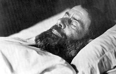 Max Weber(1864-1920) Max Weber認為資本主義係人類嘅鐵籠,只要世上嘅化石煤未燒盡,我地嘅生活都唔離唔開資本主義嘅控制。其實咁樣睇已經係樂觀咗,事關全而家世界都發展緊核能,恐怕人類嘅有生之年都唔會擺脫得到資本主義嘅枷鎖,就好似Max Weber一樣。塵歸塵,土歸土,所以到頭來,我地都係回歸到「存在先於本質」,還是「我思故我在」嘅存在主義問題。人生於世上究竟係絕對嘅虛無,定係有一個可以追尋得到嘅生存目的?