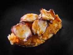 Láminas de pulpo y patata pochada al pimentón picante en tosta de cereales.