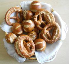 Panini laugenbrot e bretzel Panini laugenbrot (e bretzel) con lievito madre  Oggi vi propongo i mitici panini laugenbrot! Oggi è il due ottobre e pro