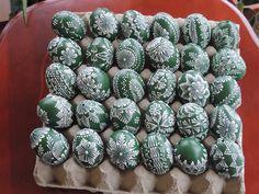 Kraslice zdobené voskovanîm Egg Crafts, Easter Crafts, Diy And Crafts, Easy Diy Projects, Craft Projects, Easter Egg Pattern, Easter Egg Designs, Ukrainian Easter Eggs, Easter Traditions