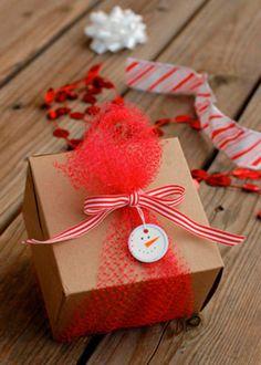 envolver regalos de navidad  con un muñeco de nieve #gifts #wrapping #paper…