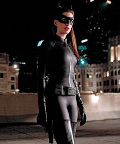 Catwoman aka Selina Kyle played by Anne Hathaway in The Dark Knight Rises Catwoman Cosplay, Cosplay Gatúbela, The Dark Knight Trilogy, The Dark Knight Rises, Batman The Dark Knight, Anne Hathaway Catwoman, Anne Hathaway Mulher Gato, Cat Woman Anne Hathaway, Dark Knight