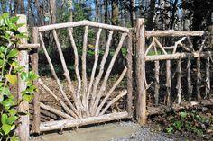 15 Surprising Creative Garden Fencing Ideas 7 Intelligent Clever Tips: Vertical… - Zaun Wattle Fence, Bamboo Fence, Cedar Fence, Fence Gate, Wire Fence, Backyard Fences, Garden Fencing, Garden Art, Pool Fence