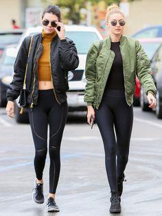 """2015年は凄まじいほどの活躍ぶりを見せたケンダル・ジェンナーとジジ・ハディッドの最旬モデルコンビ。プライベートでも""""にこいち""""な2人は、ショッピングデーでも息ぴったり!"""