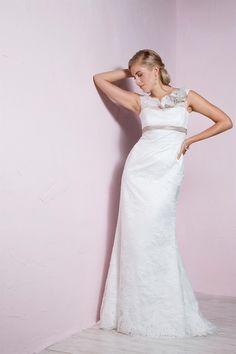 be the light, 1237, collectie 2016 Eenvoud met een gracieuze stijl deze nauw aansluitende trouwjurk. Deze jurk heeft weinig nodig om op te vallen. Zo zijn het gekleurde bandje en de met bloemen versierde halslijn mooie toevoegingen aan deze verder eenvoudig gelaten jurk. #eenvoudig #schouderbandjes #kant #koonings