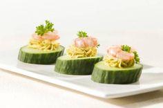 Borrelhapje/amuse: komkommer met kerrie-spread en garnaal