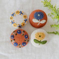 つぶつぶが集まったお花の刺繍ブローチ♪リネンに一針一針ていねいに、 刺しゅうしました。お洋服のアクセントに。バックにつけても。一緒にお出かけを楽しんで下さい* ▷◁ ▷◁ ▷◁ キルト芯を入れてあるのでふっくらとしています。材料:リネン・キルト芯・刺繍糸...