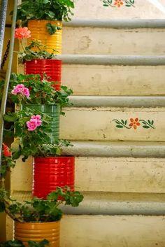 Casinha Bonitinha: Latas recicladas decoram a escada