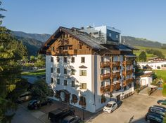 Hotel Der Löwe im Sommer Private Sauna, Spa, Cabin, House Styles, Home Decor, Rooftop Terrace, Summer Recipes, Cabins, Cottage