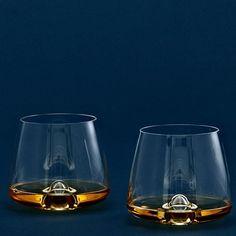Designer Rikke Hagen overtreft zichzelf met deze nieuwe set van 2 megacoole whiskyglazen van Normann Copenhagen. Die combineren pure elegantie met functionaliteit in een minimalistisch en strak Scandinavisch design. Een perfecte harmonie tussen het aroma en de smaak van whisky op de juiste temperatuur.
