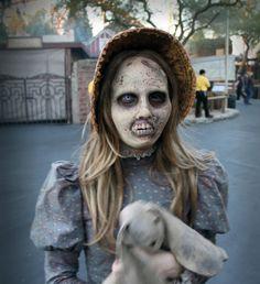 Zombie girl with bunny doll. Creepy Halloween Party, Halloween Makeup, Fall Halloween, Halloween Costumes, Spirit Halloween, Halloween Treats, Walker Zombie, Haunted Woods, Evil Dead
