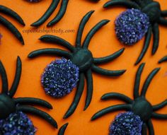 Royal icing spiders with purple dusting sugar. Royal icing spiders with purple dusting sugar. Fall Cookies, Iced Cookies, Cute Cookies, Cupcake Cookies, Meringue Cookies, Dessert Halloween, Halloween Cupcakes, Halloween Treats, Halloween Halloween