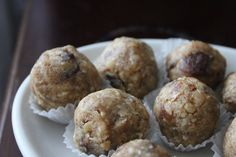These vegan Peanut Butter Snack Balls are a great way to satisfy a growling stomach anytime of the day. Plus, it's super easy to put together within a few minutes.