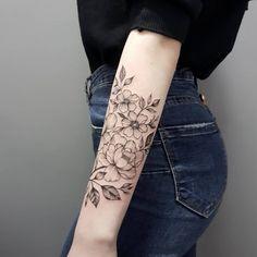 64 tatuajes de flores para inspirarte y elegir el tuyo When we approached the Flores Delicate Flower Tattoo, Floral Arm Tattoo, Flower Tattoos, Floral Tattoo Design, Future Tattoos, New Tattoos, Small Tattoos, Cool Tattoos, Forearm Tattoos