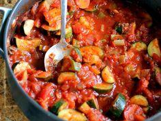 """É """"adepta(o)"""" de pratos saudáveis? E vegetarianos? Experimente! #Courgettes_com_molho_de_tomate #receitas #vegetariano #saudável #vegetais #courgette #tomate"""