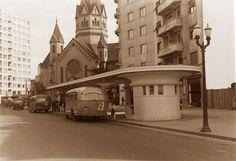 São Paulo do Passado: Rua da Conceição próximo ao viaduto Santa Ifigênia; igreja Santa Ifigênia; parada de ônibus 1950