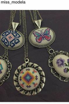 Kelebek kolye Wool Embroidery, Embroidery Jewelry, Cross Stitch Embroidery, Cross Stitch Patterns, Palestinian Embroidery, Butterfly Cross Stitch, Loom Beading, Cross Stitching, Jewelry Crafts