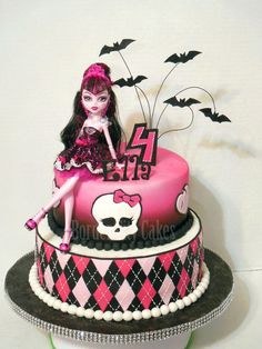 Monster High cake - Doll is plastic, but the rest is edible (other than the wire). Have a Clawdeen doll instead Tortas Monster High, Bolo Monster High, Cumple Monster High, Monster High Party, Monster High Dolls, Monster High Birthday Cake, Monster High Clawdeen, Draculaura, 6th Birthday Parties