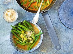 Curry de haricots verts au lait de coco. (Je l'ai fait avec des haricots plats, des échalotes à la place des bébé oignons et la noix de coco rapée sert juste à la déco, mais c'était délicieux) Avocado Toast, Cooking, Breakfast, Recipes, Food, Milk, Onions, Green Beans, Vegetarische Rezepte