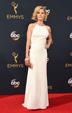 Zase září, zase Emmy, zase červený koberec. Tentokrát to vypadá až překvapivě dobře. Samozřejmě se našlo pár dam (a pánů), kteří se odvázali až moc, ovšem vporovnání sminulými...