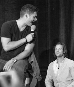 Jared watching as Jensen sings. Jared looks like a happy puppy listening to him. I'm gonna go cry, he looks like a freaking puppy. Jensen Ackles Jared Padalecki, Jensen And Misha, Twist And Shout, Winchester Boys, Supernatural Fandom, Super Natural, Superwholock, Best Shows Ever, Perfect Man