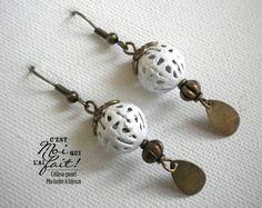 Boucles d'oreilles bohèmes - Perle blanche et sequin bronze : Boucles d'oreille par celina-pearl-petite-seance-shopping
