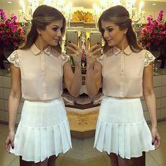 Blusa com golinha bordada de pérolas + saia rodadinha branca Ariana Canovas