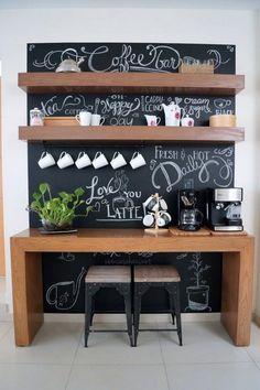 Estantes abiertos y pintura pizarra en cocinas. Rincón desayunador. #decoraciondecocinas #desayunadores