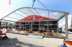 Eine hübsche Messebau-Alternative: Die Arcomet Anova Konstruktion mit einer holzigen, überdachten Terrasse bei der bauma 2016.