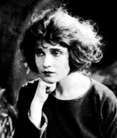 Tina Modotti née le 17 août 1896 à Udine, région du Frioul-Vénétie julienne, Italie et morte le 6 janvier 1942 à Mexico, est un mannequin, une actrice, une photographe et une militante révolutionnaire