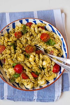 pasta salad with pesto, tomato and mozzarella - Leckere Nudelsalate - Salat Salada Caprese, Quick Recipes, Healthy Recipes, Healthy Nutrition, Pasta Salad Recipes, Grilling Recipes, Food Inspiration, Chicken Recipes, Easy Meals