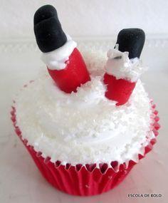 Um modo diferente para decorar cupcakes, mini bolos ou panetone, são as pernas do Papai Noel…Simples de fazer , vão dar um ar divertido na decoração da mesa de Natal.Use merengue suíço ou italiano para cobrir os cupcakes, imitando a neve.