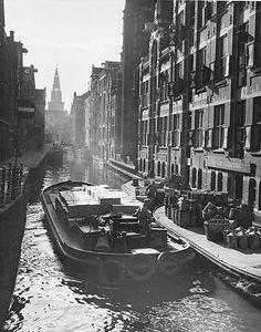 """""""Oudezijds Kolk, Verf van Vettewinkel """" 1954 Amsterdam. photo: Kees Scherer"""