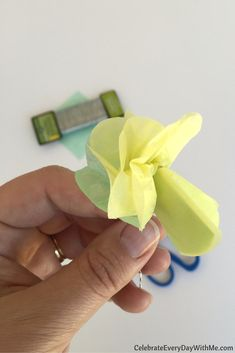 How to make a flower crown with tissue paper (13)