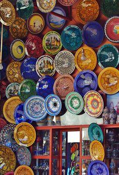 In de medina van Marrakech kijk je je ogen uit. Je kunt er geweldig winkelen. Durf gerust een beetje af te dingen. Normaal gesproken moet je op ongeveer de helft van het eerste genoemde bedrag uitkomen. Bekijk alle tips voor een stedentrip Marrakech.