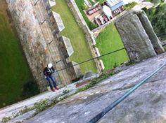 Abseilen van het kasteel in Bad Bentheim. Het enige kasteel ter wereld waar dit zo geboekt kan worden! http://www.adventureking.nl