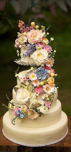 Wildflower wedding cake ~ can you believe these flowers are handmade from sugar? Would look amazing at a wedding here at The Keeper and the Dell