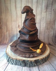 Looking to go full-on Harry Potter fanatic on your wedding day? Look no further than this Sorting Hat cake, which appears so real we wouldn't be surprised if a guest tried to put it on their heads. Harry Potter Theme Cake, Bolo Harry Potter, Harry Potter Wedding Cakes, Harry Potter Sorting Hat, Harry Potter Birthday Cake, Harry Potter Decor, Themed Wedding Cakes, Themed Cakes, Chapeau Harry Potter