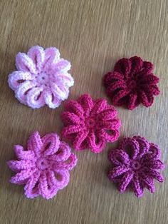 Loopy flower for February - free crochet pattern by Ali Crafts Designs. #Crochetedflowers