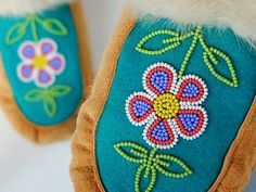 mocs Bead Embroidery Patterns, Seed Bead Patterns, Beaded Jewelry Patterns, Loom Patterns, Beaded Embroidery, Beading Patterns, Indian Embroidery, Native American Moccasins, Beaded Moccasins